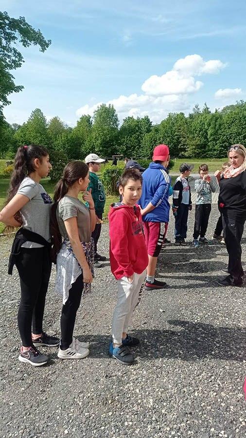 Žáci poslouchají pokyny paní učitelky