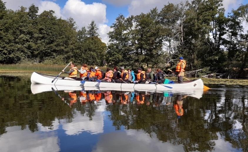 Lidé plující na kánoi.
